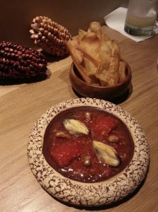 Chalaca al Mortero con mejillones y xips de yuca