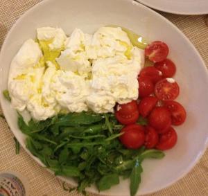 Ensalada de burrata, tomates y rúcula