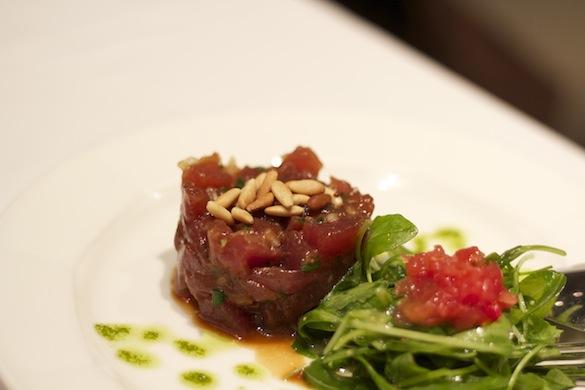 Tartar de atún con piñones y cebolla tierna