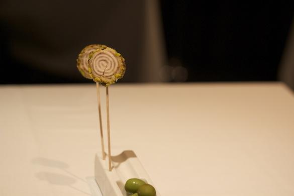 Piruletas de butifarra blanca con pistachos y olivas aliñadas de la casa