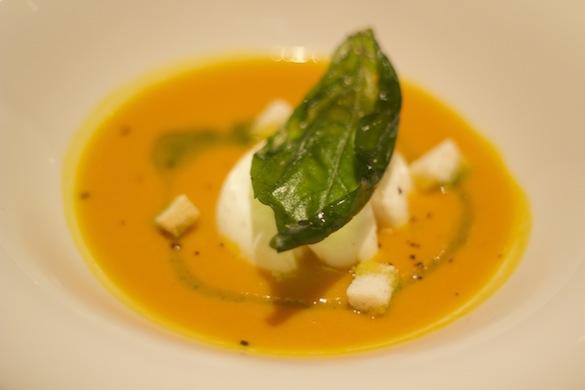 Crema de calabaza con cebolla tierna confitada, huevo y albahaca